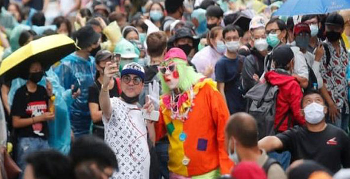 thailand protesters defy new selfie rule