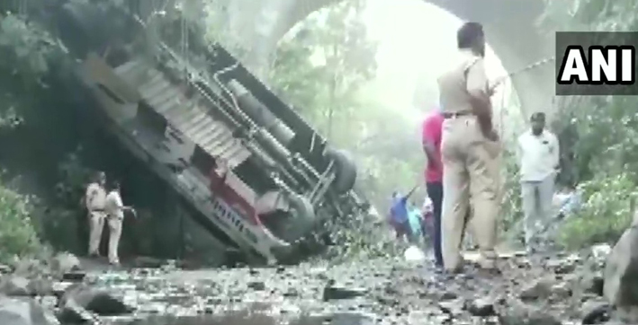 5 dead 35 injured in maharashtra bus mishap