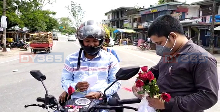 people-receives-roses-for-not-wearing-masks-in-sonitpur