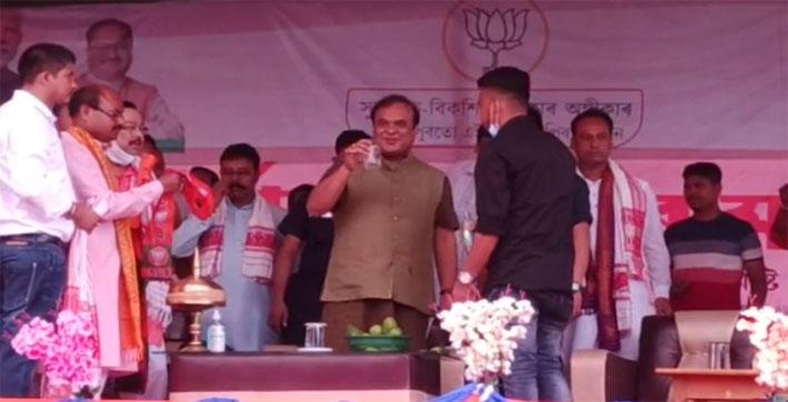#UNIQUECM: Assam CM Himanta Biswa Sarma Climbs Through Barricade, Makes, Lemonade Himself On Stage