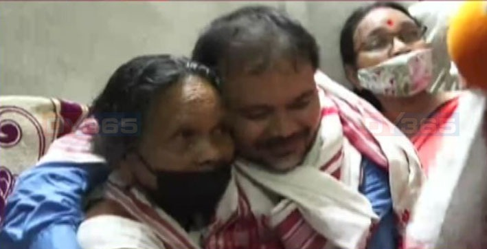i-wanted-to-rest-my-head-on-my-mother's-lap-an-emotional-akhil-gogoi