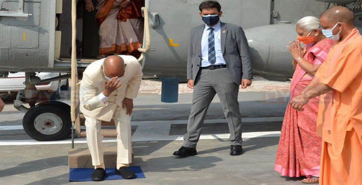 president-kovind-bows-touches-ground-to-pay-obeisance-at-native-village