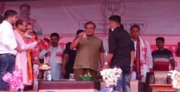 #UNIQUECM: Assam CM Himanta Biswa Sarma Climbs Through Barricade, Makes, Lemonade H ..